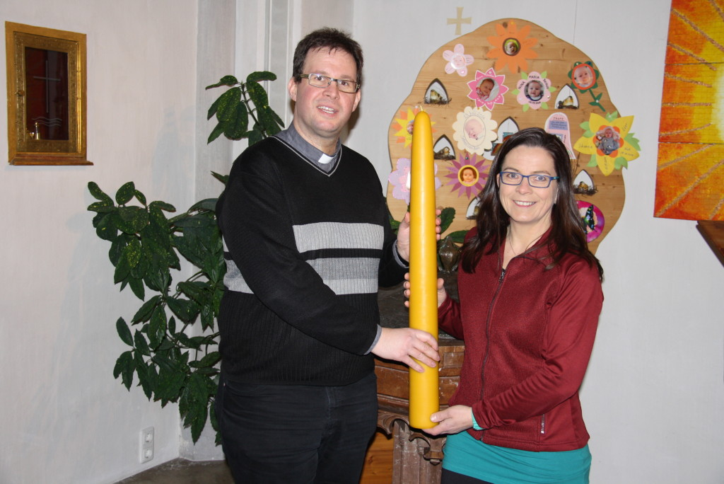 Pfarrer Michael Seifert mit Vorstand Fill Josefa Bild: Grill Wast