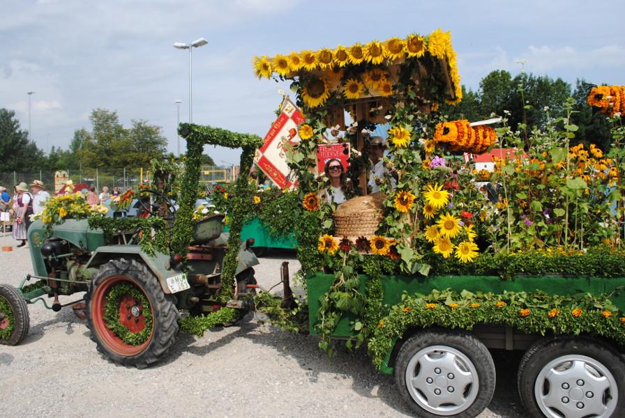 Der Blumenwagen wurde liebevoll dekoriert.