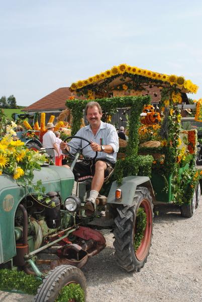 Unser Vorstand Josef Stoiber im Blumenwagen